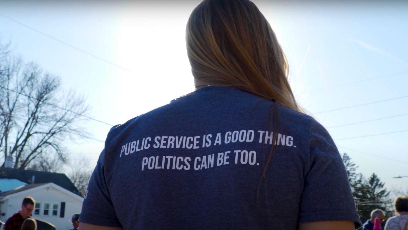 Student in a GU Politics t-shirt